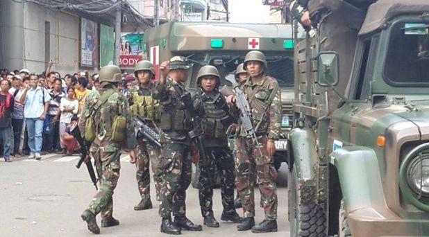 Liberan a sacerdote secuestrado; sigue la violencia en Filipinas