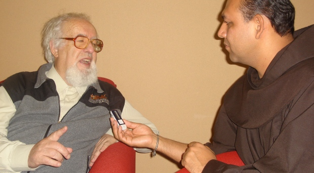 Falleció el padre Larrañaga. Lo recordamos con una entrevista