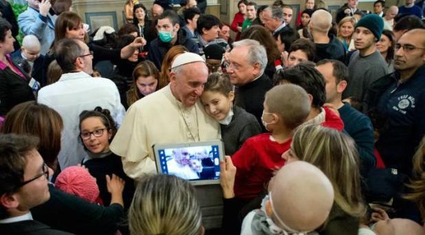 Francisco visita a niños de hospital pediátrico