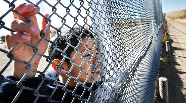 Jóvenes solidarios con migrantes invitan a Francisco a visitar frontera México-Estados Unidos