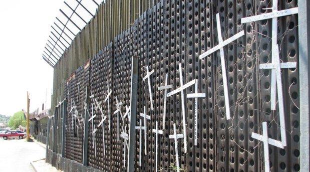 """Piden al Papa que visite """"el muro de la vergüenza""""en Arizona"""