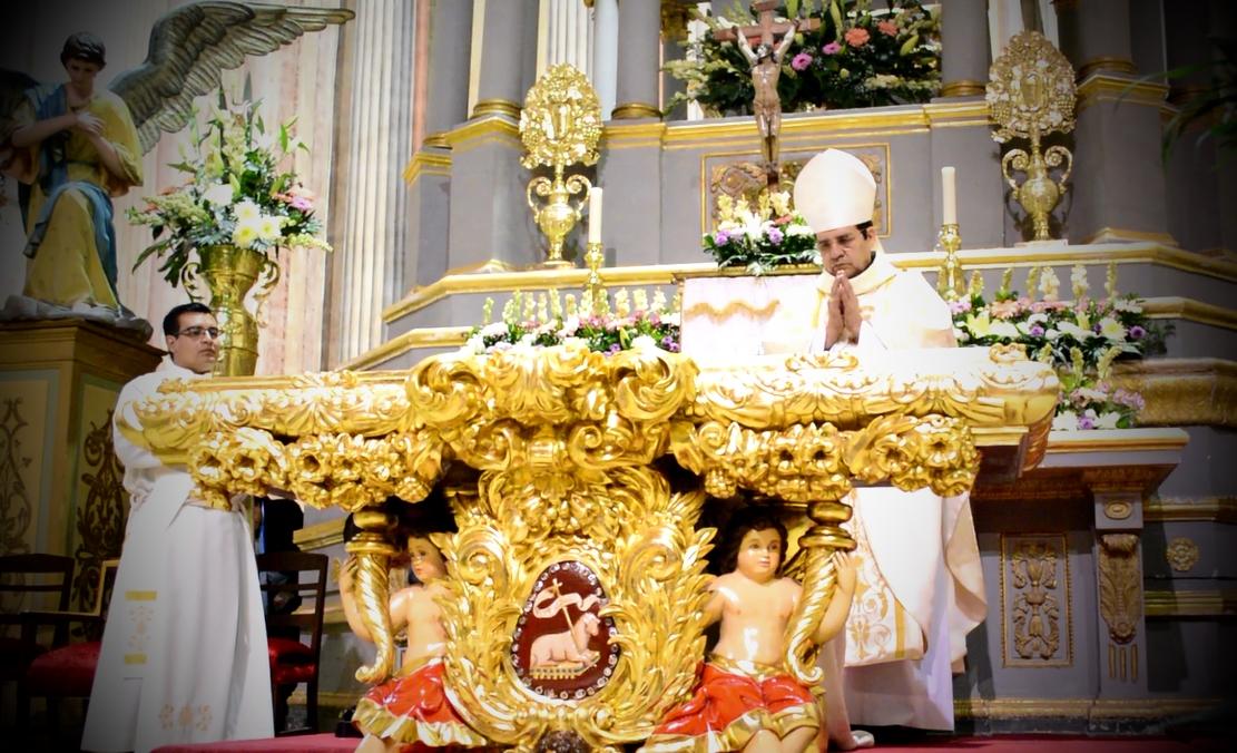 Reliquias de mártires y santos custodian Altar barroco: Templo de Santa Rosa de Viterbo