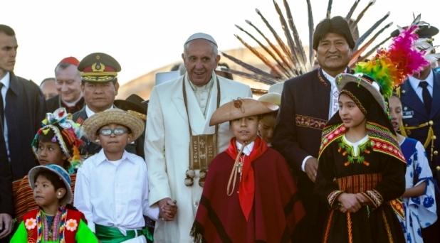 Francisco, entre Correa y Evo Morales