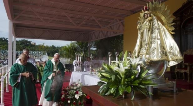 """Papa invita a cubanos a vivir la """"revolución de la ternura"""""""