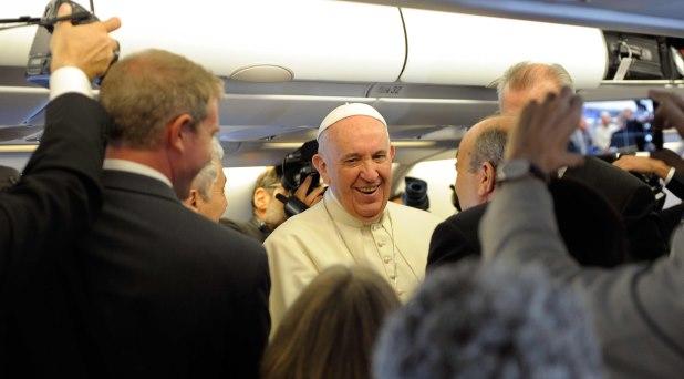 Familia, migraciones, guerra, pederastía… Temas de Francisco con los periodistas en el vuelo de regreso a Roma