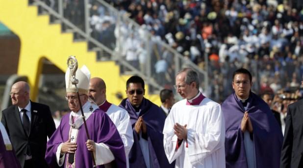 Francisco a los consagrados: no a la resignación que atrinchera en las «sacristías»