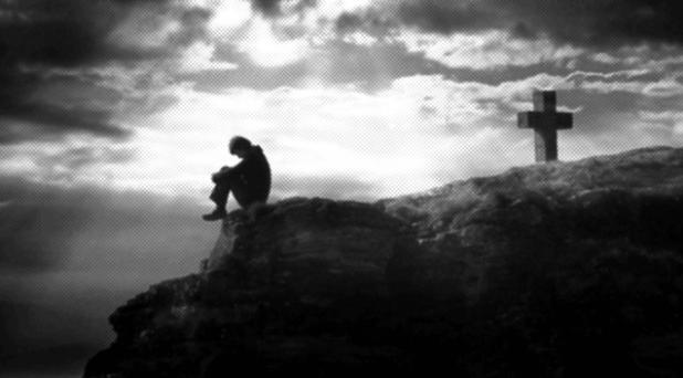 Junto a quien sufre y llora