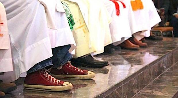 El Jesuita de los Converse Rojos