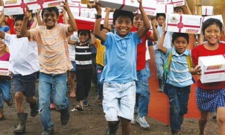 La «Cajita feliz» católica llegará este Adviento y Navidad a 70 mil niños de América