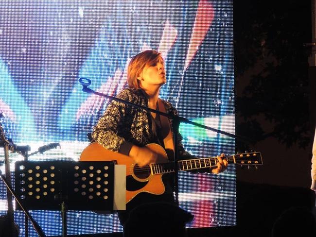 Colombiana crea nueva playlist de música católica