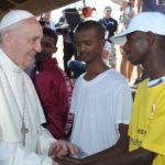 Papa Francisco: «sean ángeles tomando bajo el brazo a los excluidos»