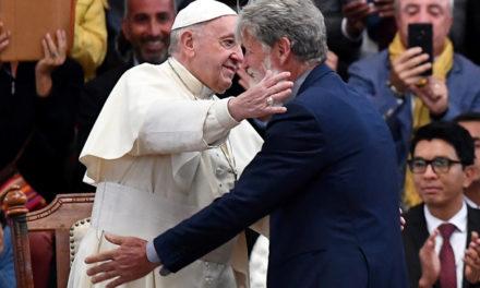 Abrazo entrañable entre el Papa y padre Pedro Opeka en Akamasoa, Madagascar