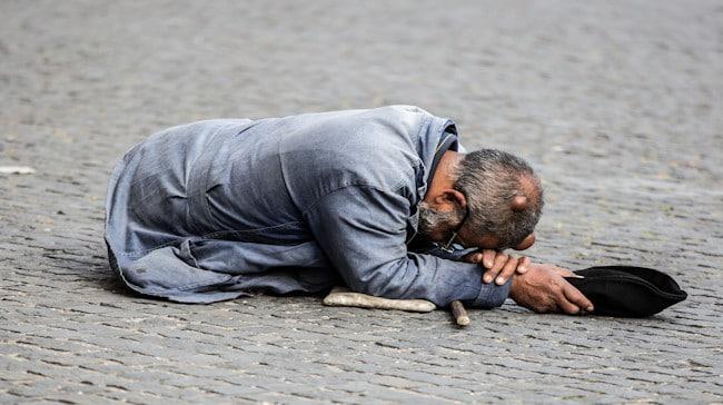 La Curia Romana dona el sueldo a los pobres