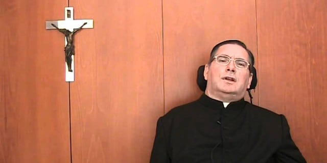 Un sacerdote sobre ruedas