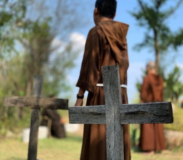 Sacerdotes, obispos y monjas enferman… y mueren