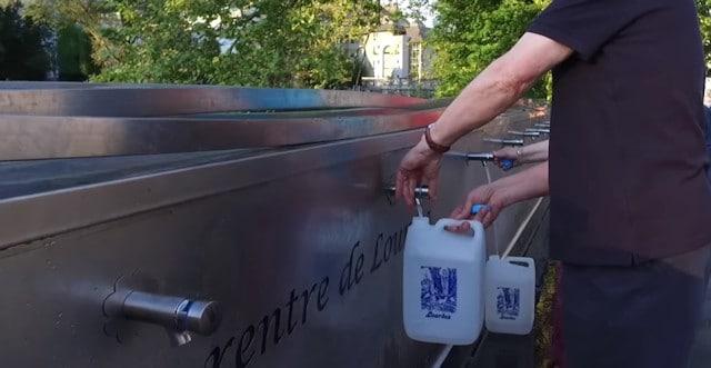 El agua de Lourdes y una multitud de curaciones