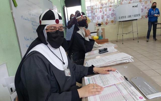 Por qué esta imagen de monjas en las elecciones emocionó a México