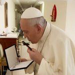 La cruz que besó el Papa antes de ser intervenido